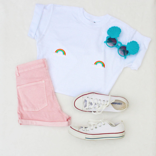 Lookbook-tshirt-blanc-patch-seins-titsup-teets-rainbow-arc-en-ciel_uwtgcc